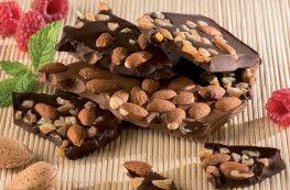 Morceaux cassés de chocolat noir et lait aux fruits secs